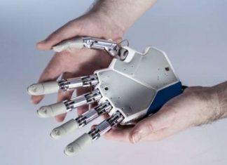 mano robotica e mani umane