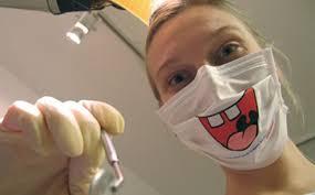 assistente con mascherina sorriso